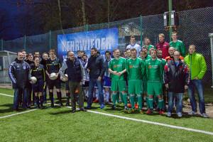 Voller Vorfreude auf den WINTER-Cup. Die Teams vom SV Blau Weiß Neuhof und SVG Hüddessum-Machtsum bei der Begrüßung durch Rainer Fricke.