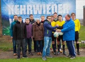 Tolle Geste: Die Schiedsrichter bedankten sich bei WINTER-CUP-Organisator Uwe Kloth mit einem Geschenk für die Jugend.