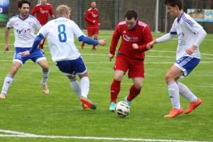 Almstedts Marcel David behauptet den Ball gegen Tino Kummerfeldt (Nr.8) und Leon Schendy.